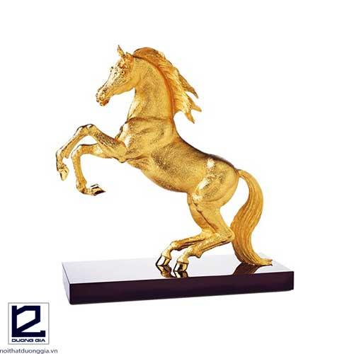 Đặt ngựa trên bàn làm việc