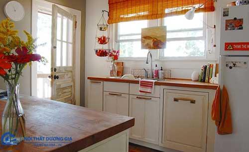 Cách trang trí phòng bếp nhỏ sinh động với giỏ hoa quả