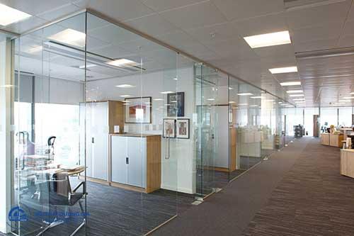 Vách ngăn di động văn phòng bề mặt kính hiện đại