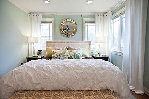 Hóa giải đầu giường kê sát cửa sổ bằng rèm